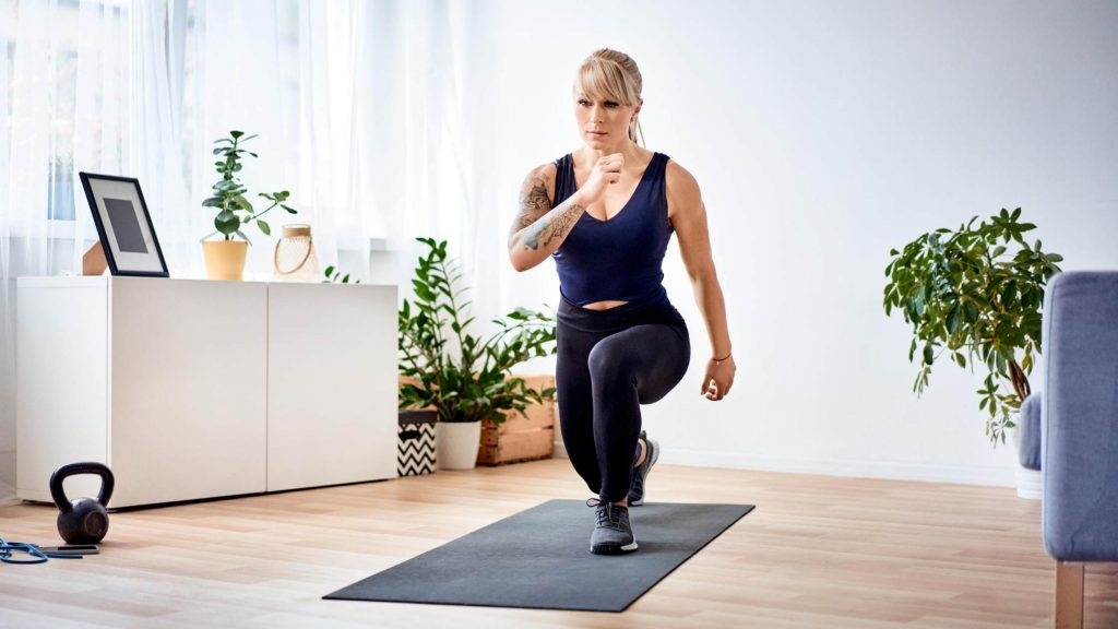 woman doing lunges to build muscle
